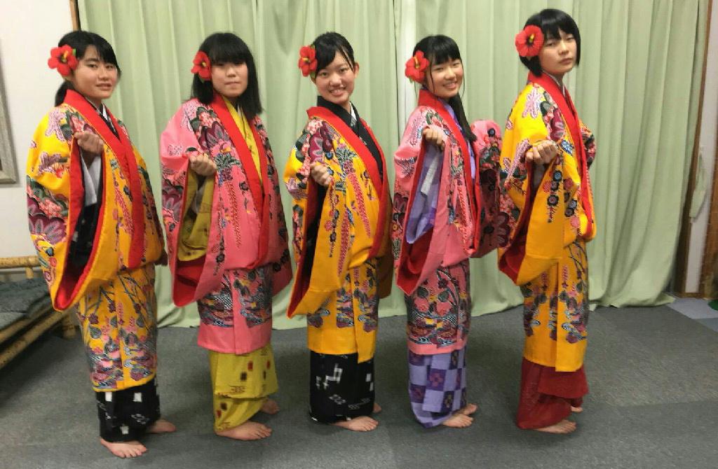 3日目沖縄民族衣装女性